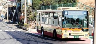 工事後のバス停に停車するバス