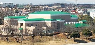 選挙で「当選」した鮮やかな緑色に屋根が塗り直されたかながわアートホール