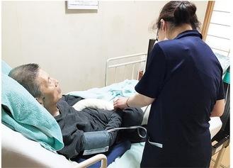 自宅を訪れ看護を行うスタッフ