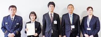 小野寺署長(左)と表彰を受けた清風高校関係者ら