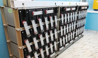 モーリタニアの蓄電システムに組み込まれたサイクルユース用鉛蓄電池FCP-1000