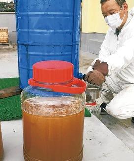 遠心分離機にかけ採取されたハチミツ