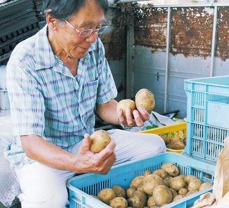 ジャガイモの出来を確認する農家のひとり・三村薫さん