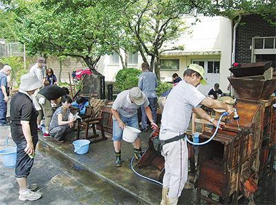 民具室を水洗い清掃
