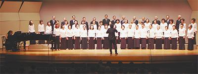 満員の聴衆に歌声届ける