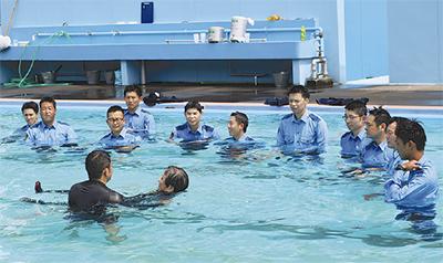 署員が水難救助訓練