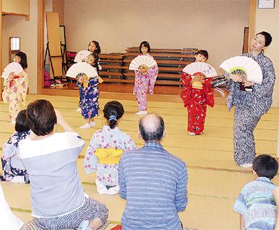 小学生が舞踊披露