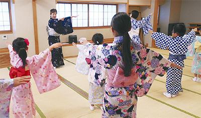 小学生が日本舞踊を体験