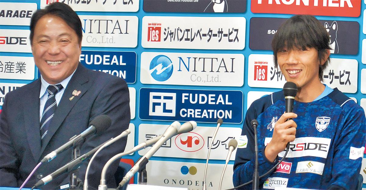 奥寺会長(写真左)も同席した入団会見で質問に応じる中村選手(同右)