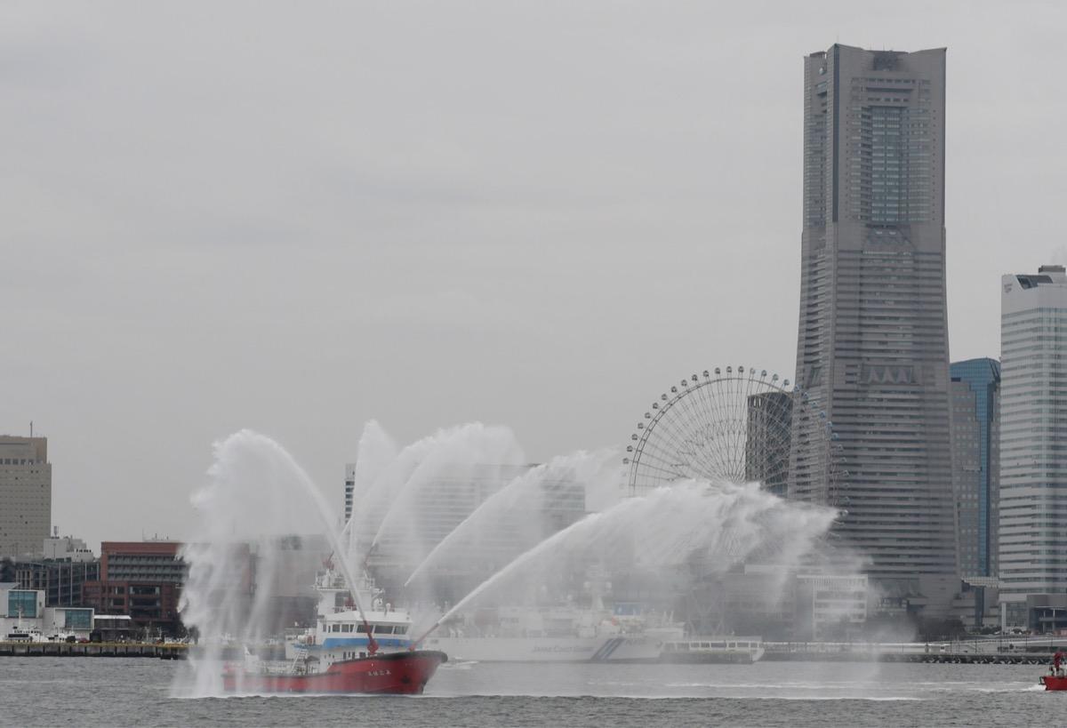 Web限定記事】横浜市消防局 一斉放水で医療従事者らにエール 横浜港で ...