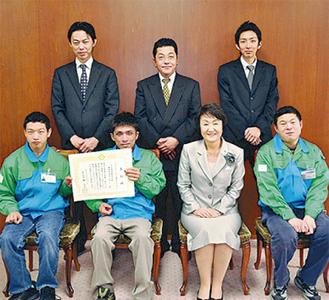 林文子市長(前列右2人目)から表彰を受けた