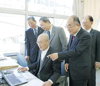櫻本敏美税務署長(写真右から2人目)も駆けつけた