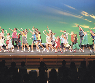 昨年10月、公会堂で行われた舞台は大盛況だった