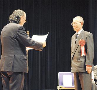 代表者らに表彰状が手渡された(写真左=佐藤会長)