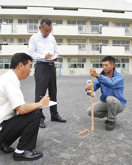 校庭の放射線量を測定(市内小学校にて)