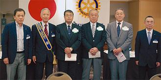 斉藤会長(左から2人目)から目録が手渡された(左から3人目=岩崎校長、4人目=飯田代表、5人目=藤原校長)