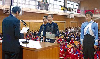 各校を訪問し表彰した(写真は潮田中、左が山崎区長)