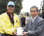 長谷川会長(左)から井上副町長(右)へ義援金も