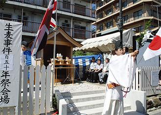 日本と英国の国旗が掲げられる中、追悼祭があった