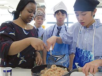 作り方やメニューについてなどを説明しながら、下ごしらえから調理まで、生徒と一緒に行った