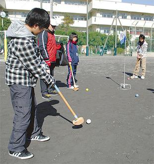 冬晴れの校庭で行われたグラウンドゴルフ