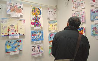 神奈川県による「カナガワビエンナーレ国際児童画展」に入賞したブラジルやペルーの子どもたちの作品もあった