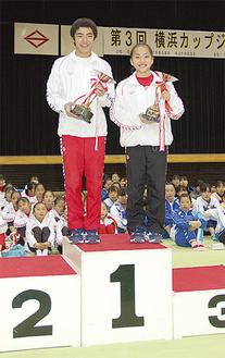 表彰台に立つ白井君(左)