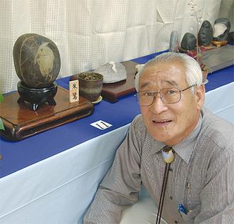 模様がトキのような石(左)と飯山さん