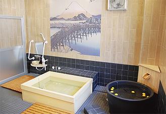 陶器風呂には季節に合わせ柚子や菖蒲を浮かべる