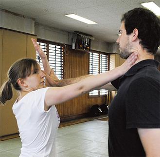 実践形式で護身術を学ぶ留学生ら
