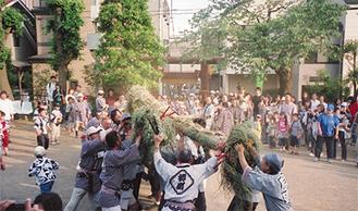 蛇を担ぐ珍しい祭り(写真は過去)
