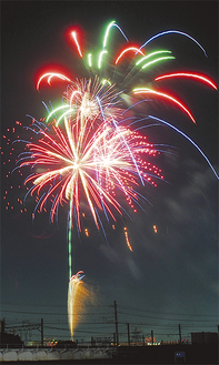 鶴見川沿い上空に打ちあがる花火