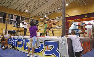 体育館に設置されたリングで戦う選手