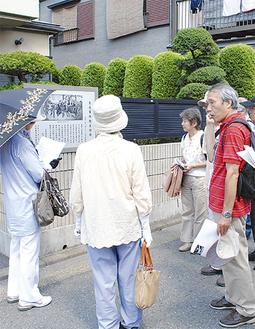 生麦事件発生現場で経緯を語る小谷さん(右)