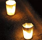 暗闇に浮かぶ灯りが並ぶ
