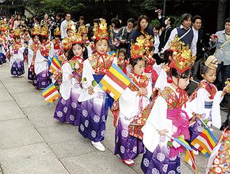袴姿に男児はからす帽子、女児は金冠など伝統衣装を着て歩く(写真は過去)