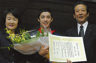 表彰状を手に笑顔の白井選手