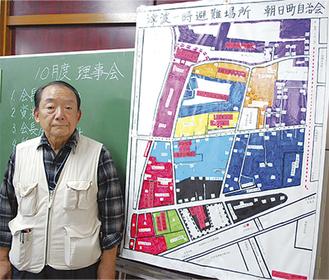 理事会で山田会長(左)から各班に伝えられた一時避難地図