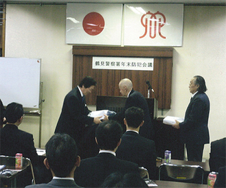 寄贈品を贈る赤川組合長(左)