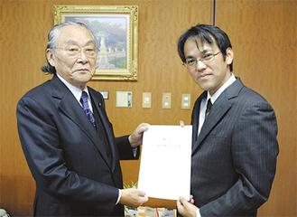 感謝状を持つ岩崎支部長(右)と佐藤会長