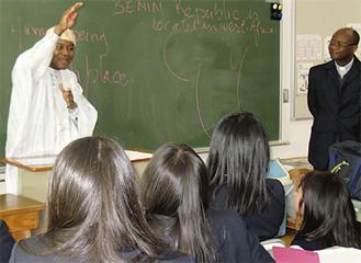 即興で授業するゾマホン氏(左)