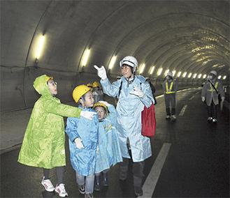 トンネルを歩く参加者