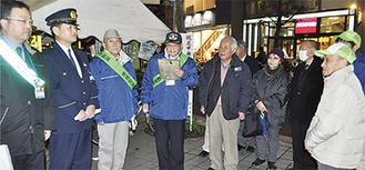 鶴見中央地区を訪れた佐藤会長(左から3人目)ら