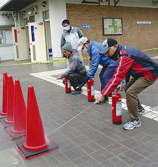 消火器取扱訓練に挑戦する参加者