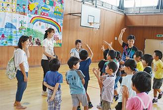 学びーばで子どもと交流するメンバー