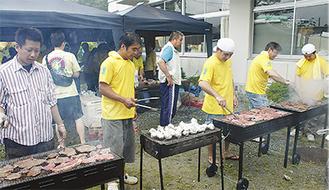 ブラジル料理をふるまう参加者