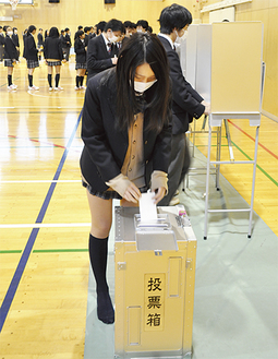 一票を投じる鶴見中の生徒
