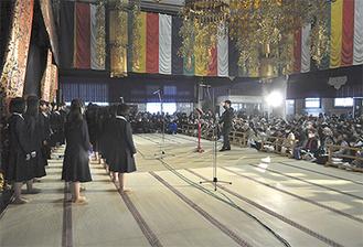 観客らに歌声を届ける合唱団