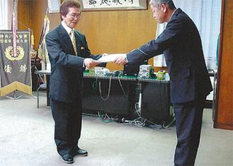 感謝状を受け取る赤川組合長(左)