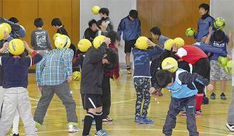 コーチの指導のもと練習する子どもたち